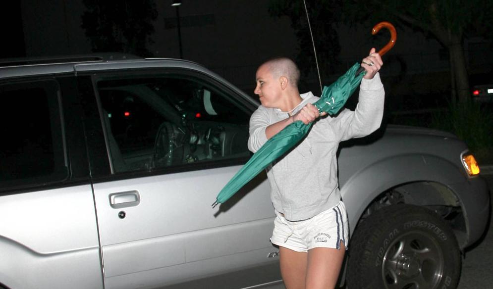 Britney Spears ataca con un paraguas a los paparazzis