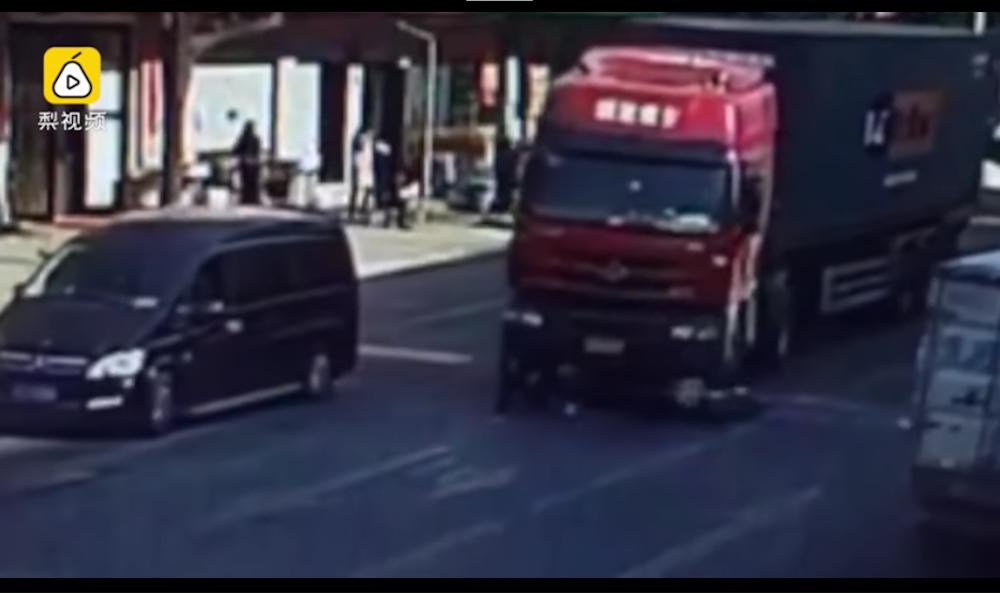 En China un hombre se salva de morir atropellado al estilo Jackie Chan