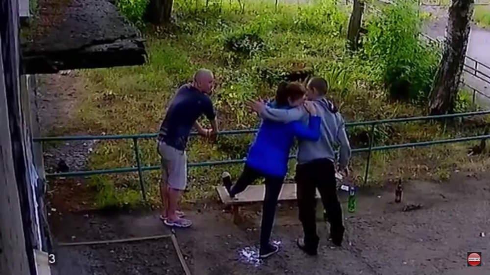 ¡Una mujer en Rusia pide que sus amigos que le rompan una pierna!
