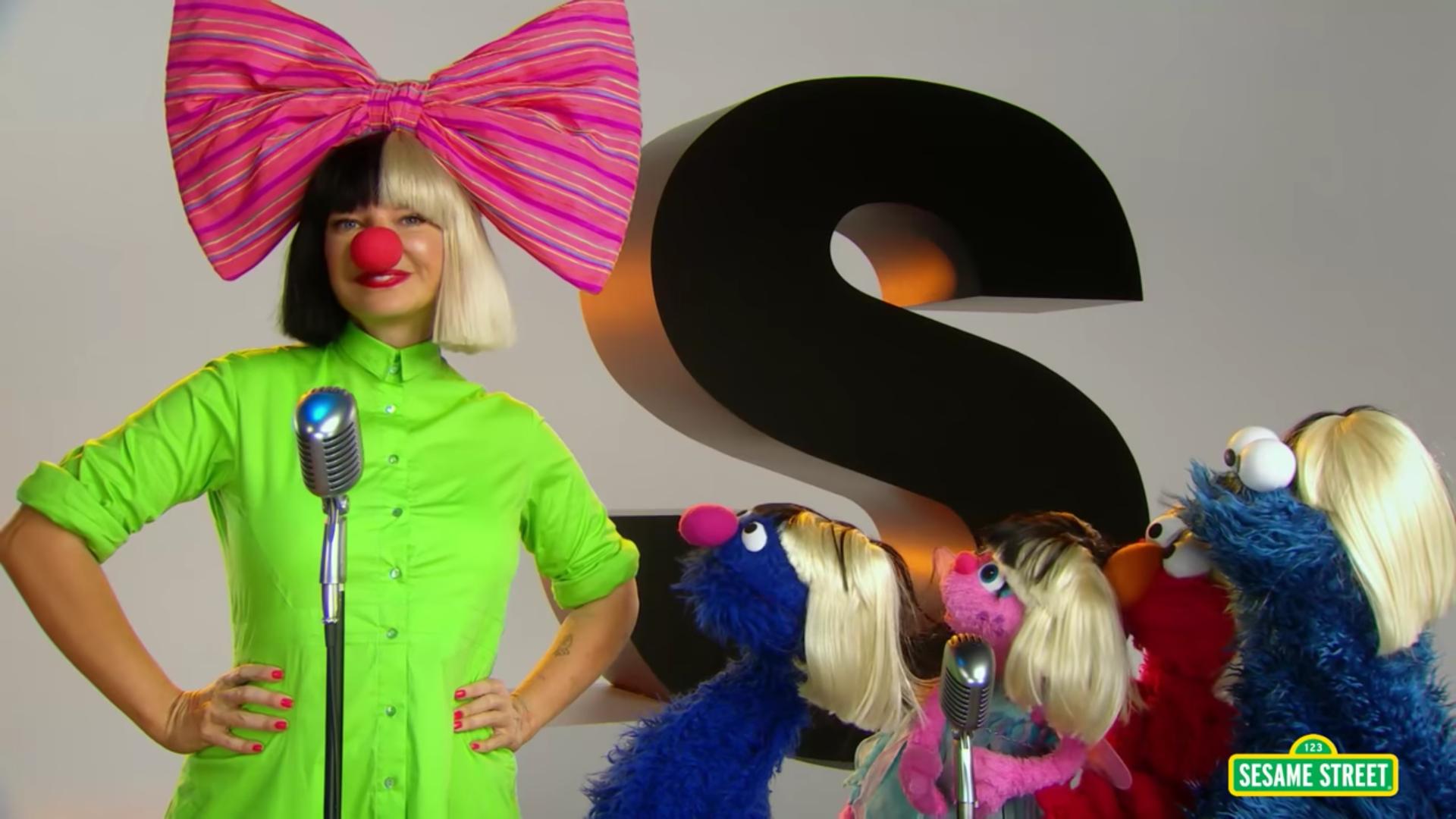 Sia le puso pelucas a Elmo y sus amigos