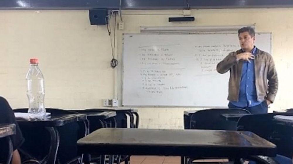 Alumnos de preparatoria graban a profesor dando clases con un tono machista