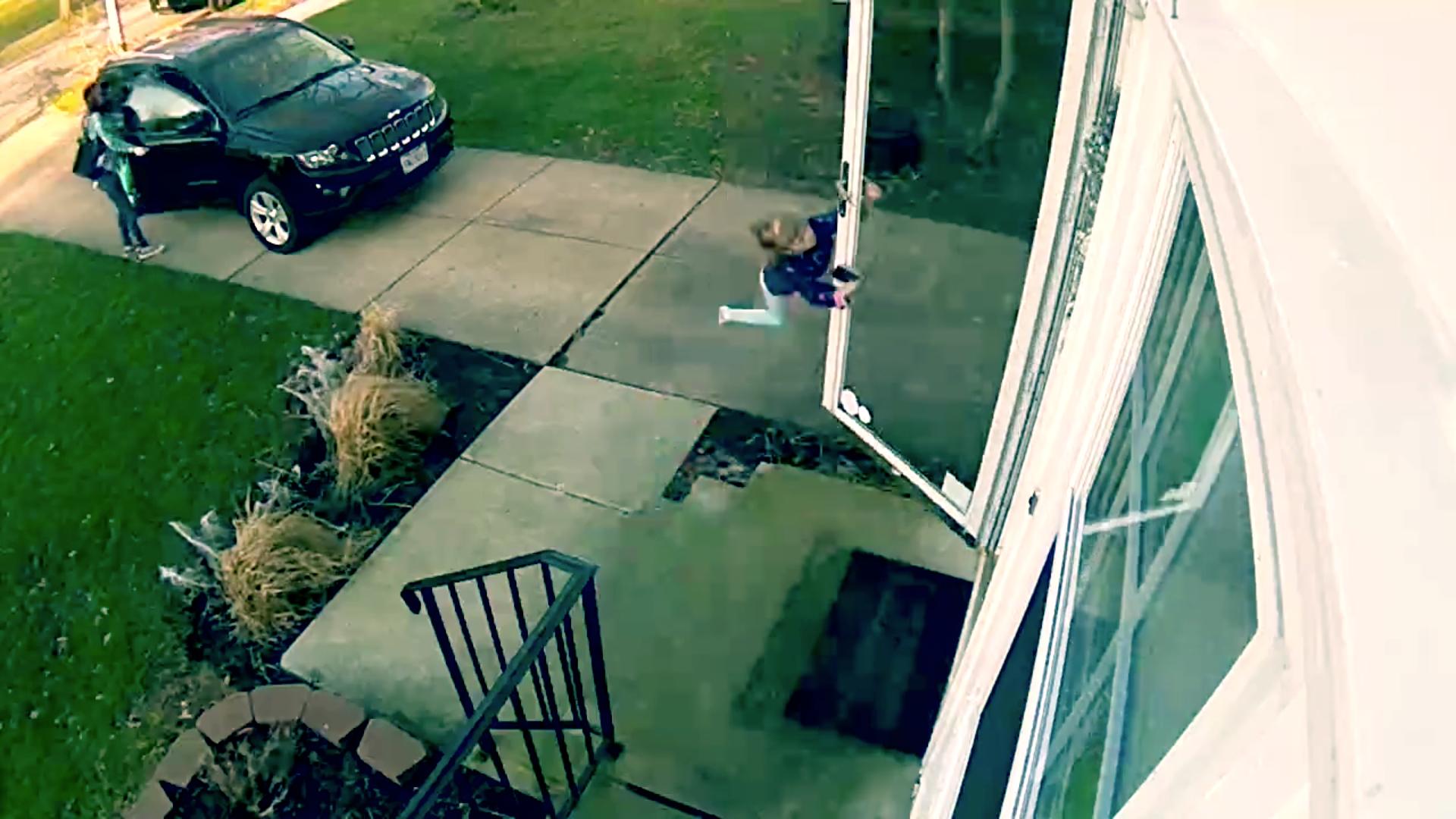 Los fuertes vientos hicieron volar a esta niña en Ohio