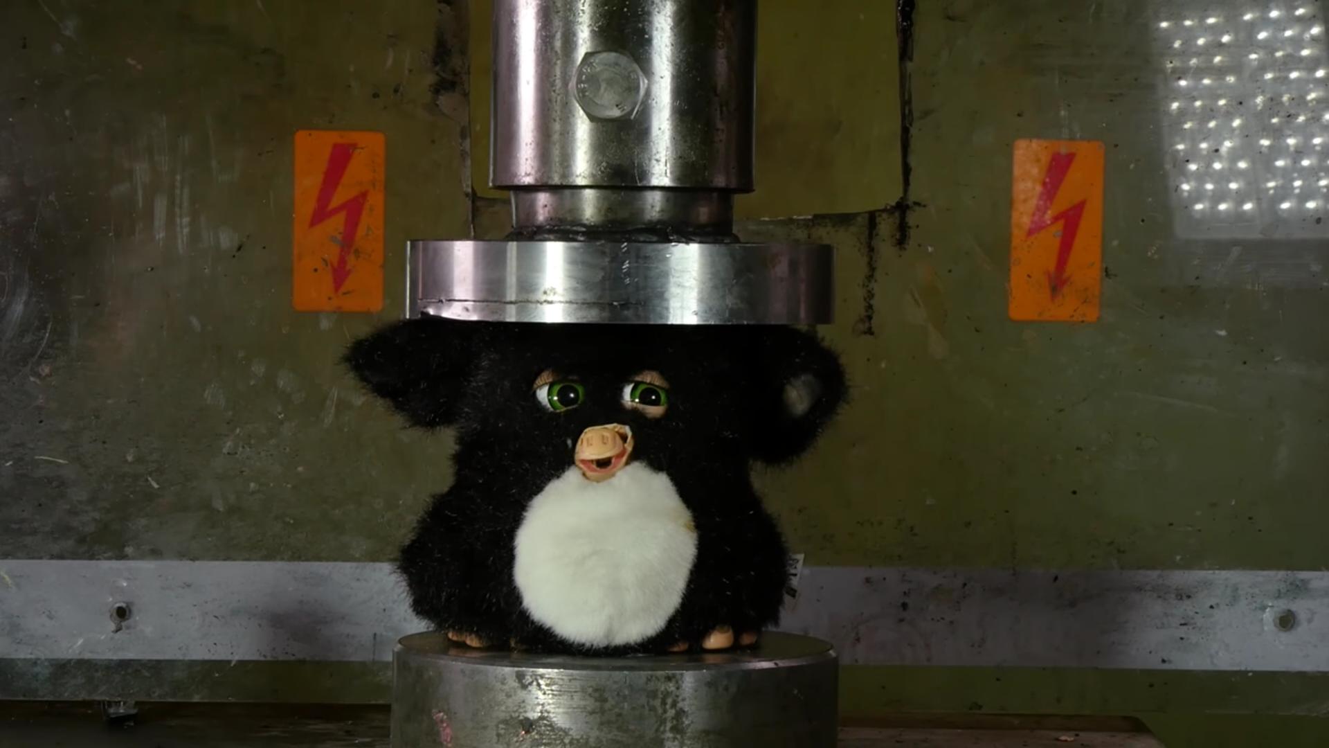 Furby destruído por prensa hidráulica