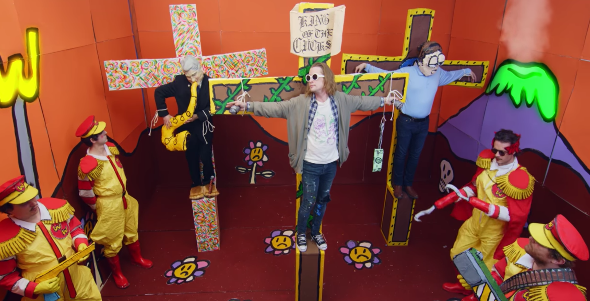 Father John Misty crucifica a Macaulay Culkin, Bill Clinton y Jon Bonachon en su nuevo video