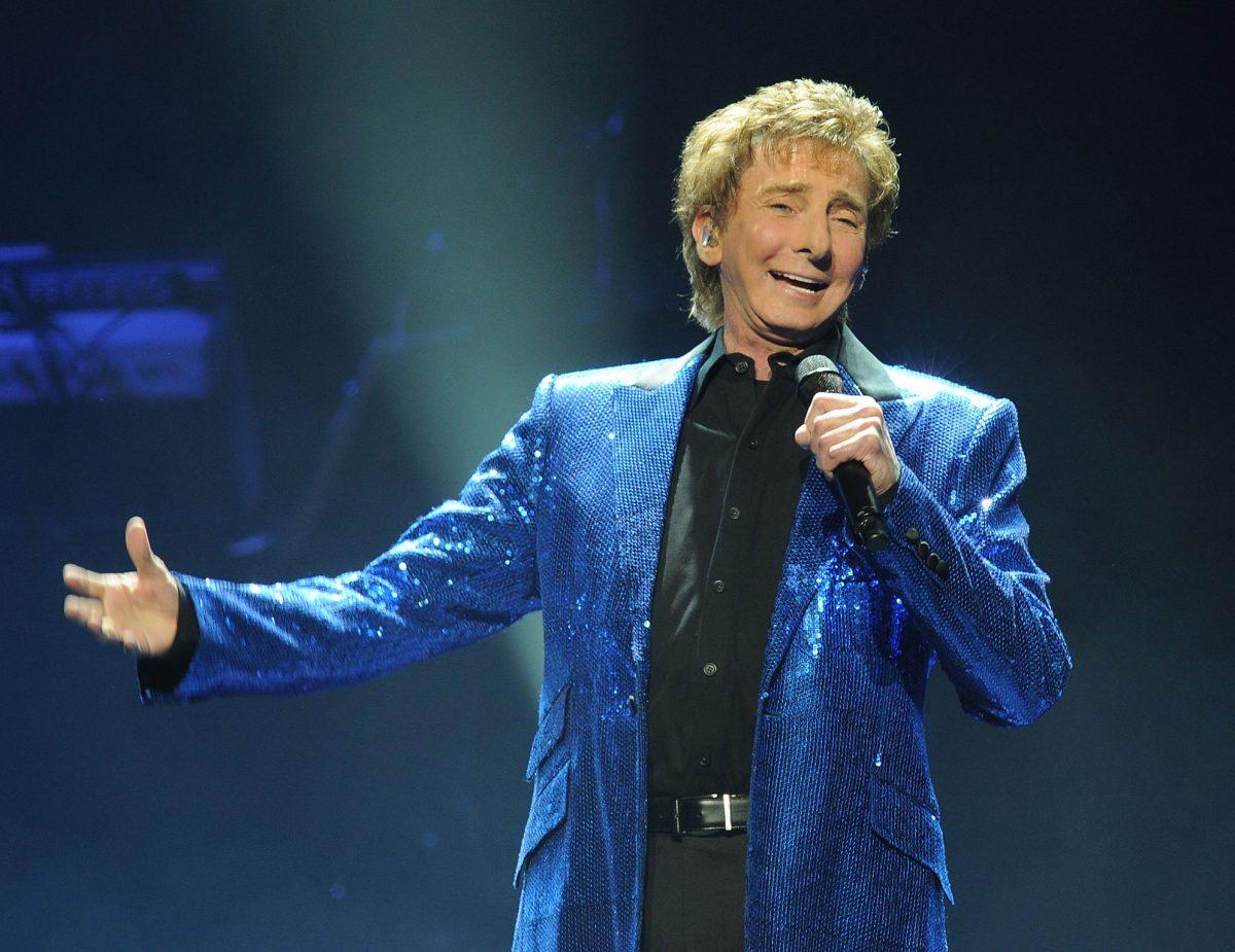 Barry Manilow cantando con un saco azul