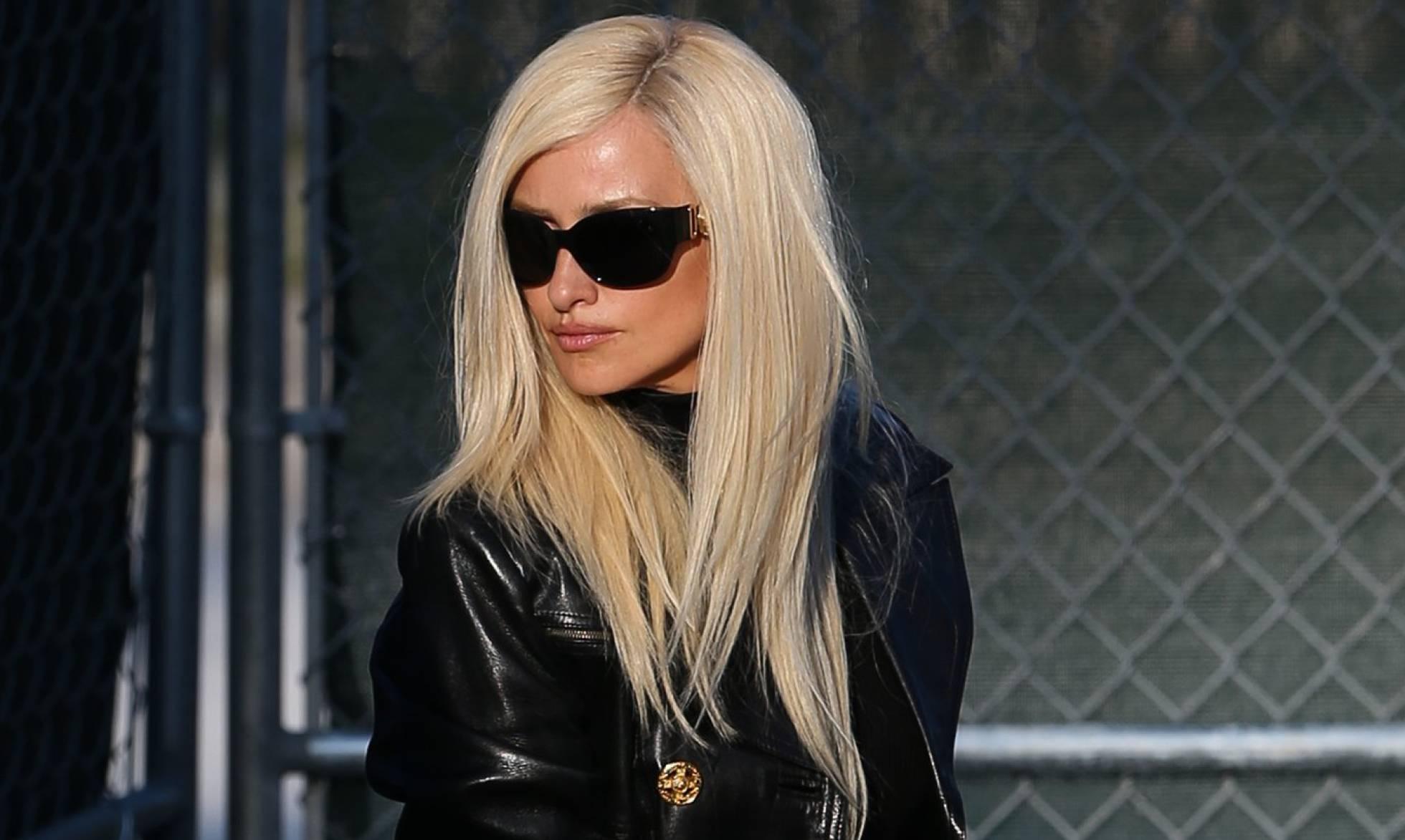 Llegan las primeras imágenes de Penélope Cruz como Donatella Versace