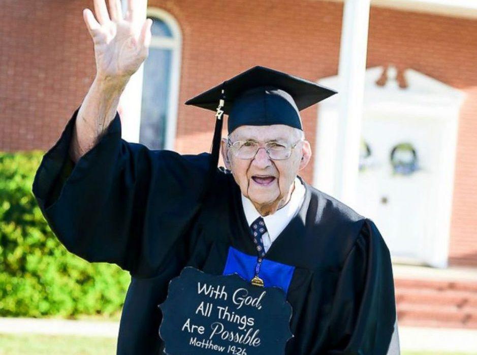A sus 88 años, este abuelito se graduó de la Universidad