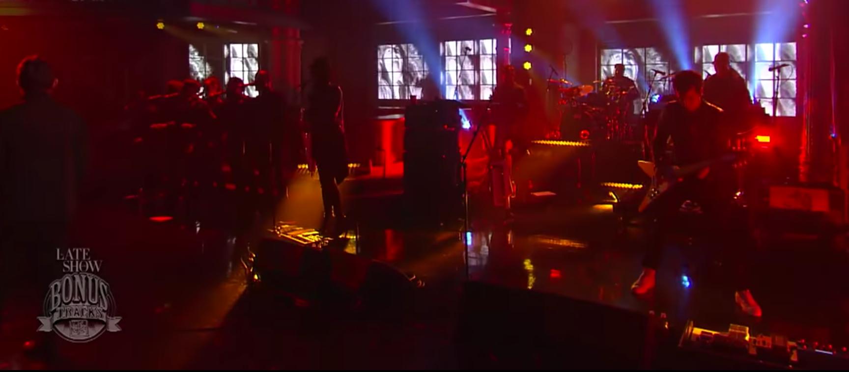 """Gorillaz cantó """"Feel Good Inc."""" en el show de Stephen Colbert con invitado especial"""