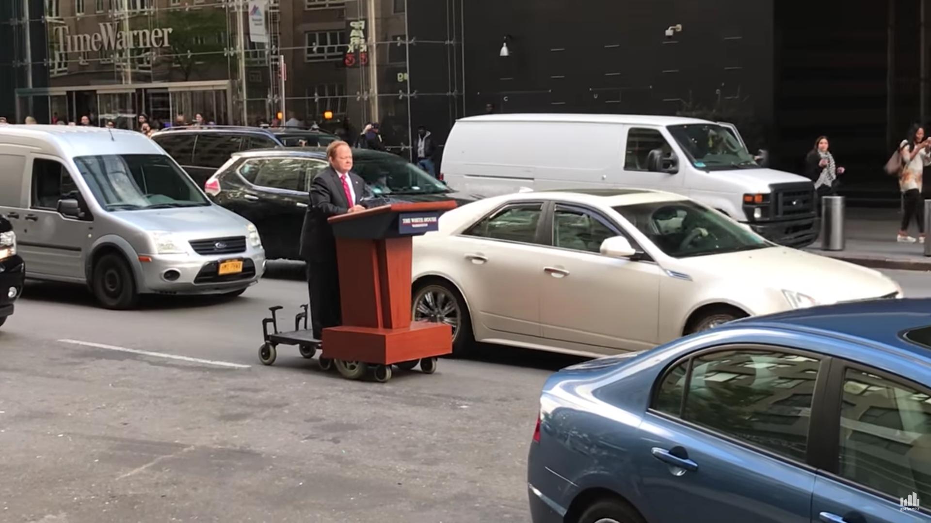 Melissa McCarthy conquista las calles de Nueva York imitando a Sean Spicer