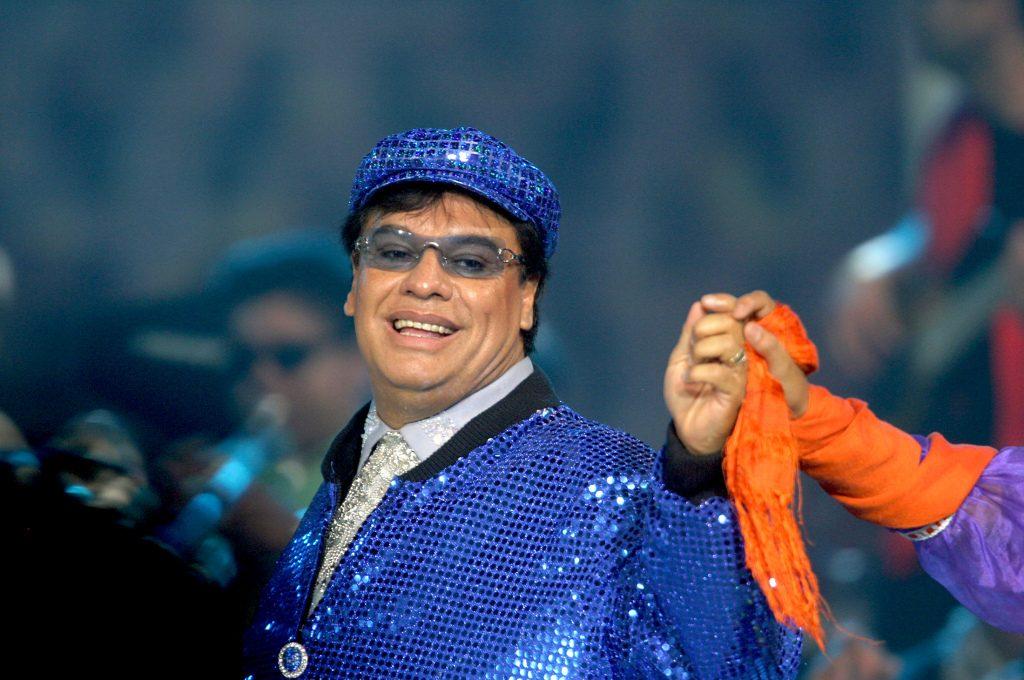 juan gabriel con gorra y lentes azules