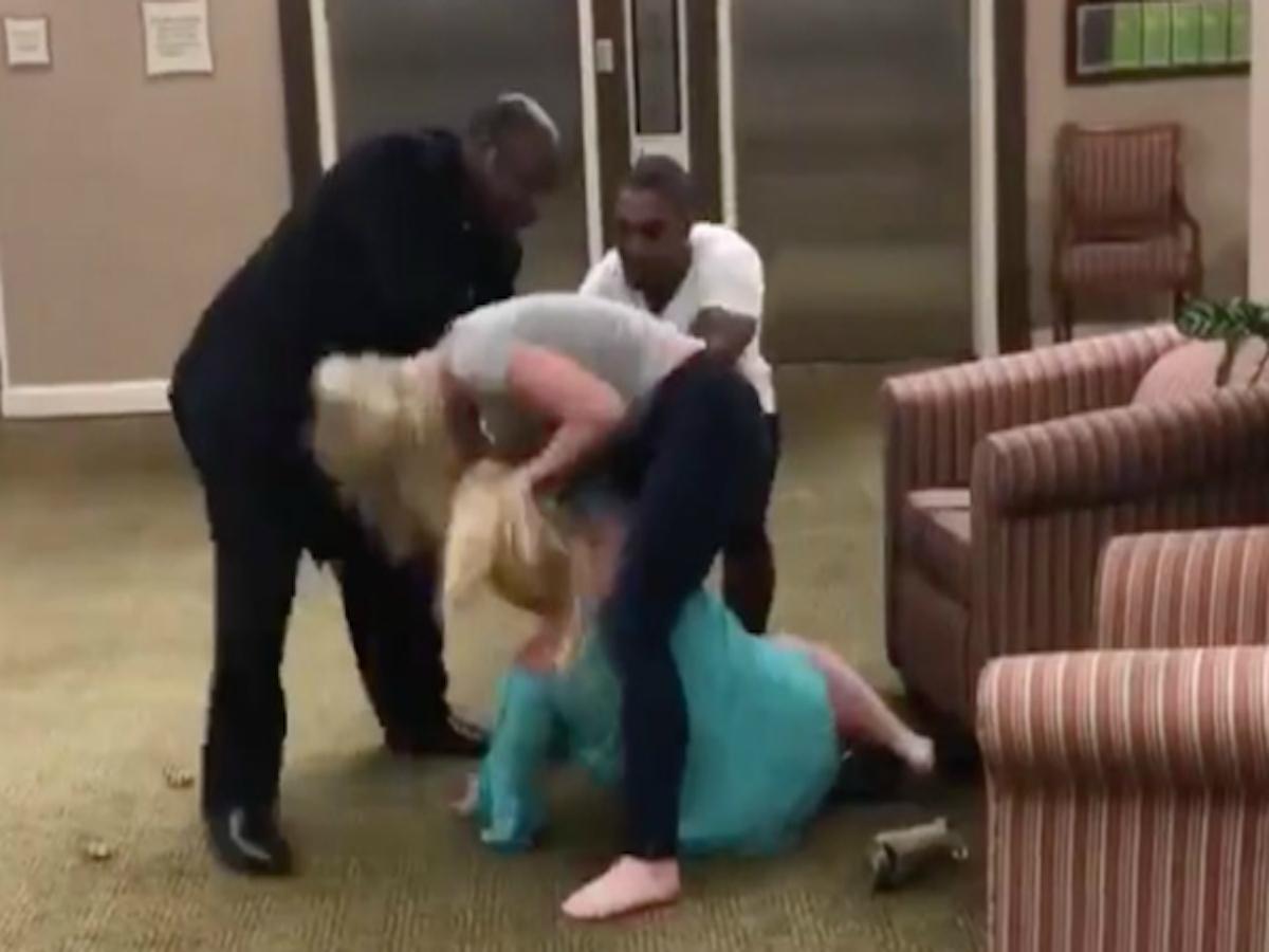 Mujer golpea a otra por insultos racistas