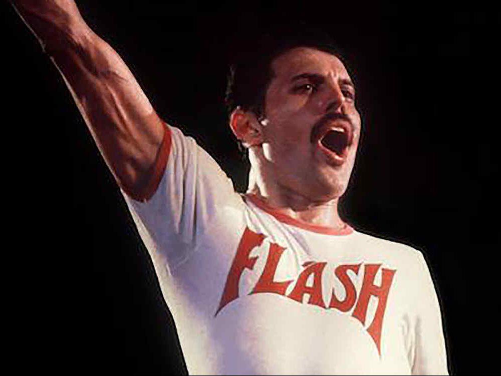 Freddy Mercury, vocalista de Queen, playera Flash, cantando