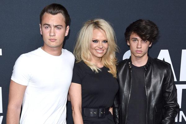 Pamela Anderson con sus hijos Brandon Thomas Lee y Dylan Jagger Lee