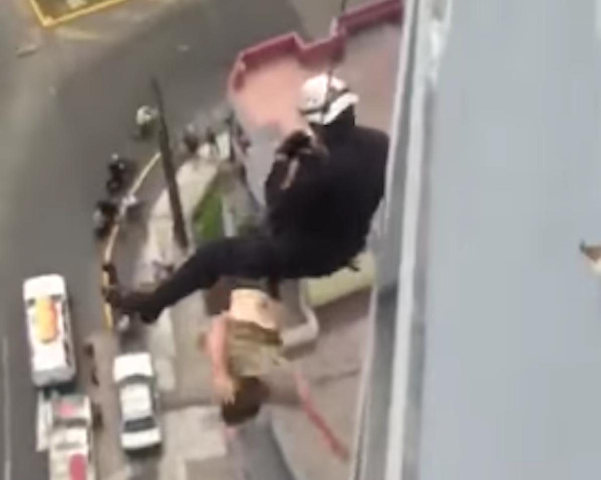 Video: Rescatista no logra salvar a suicida
