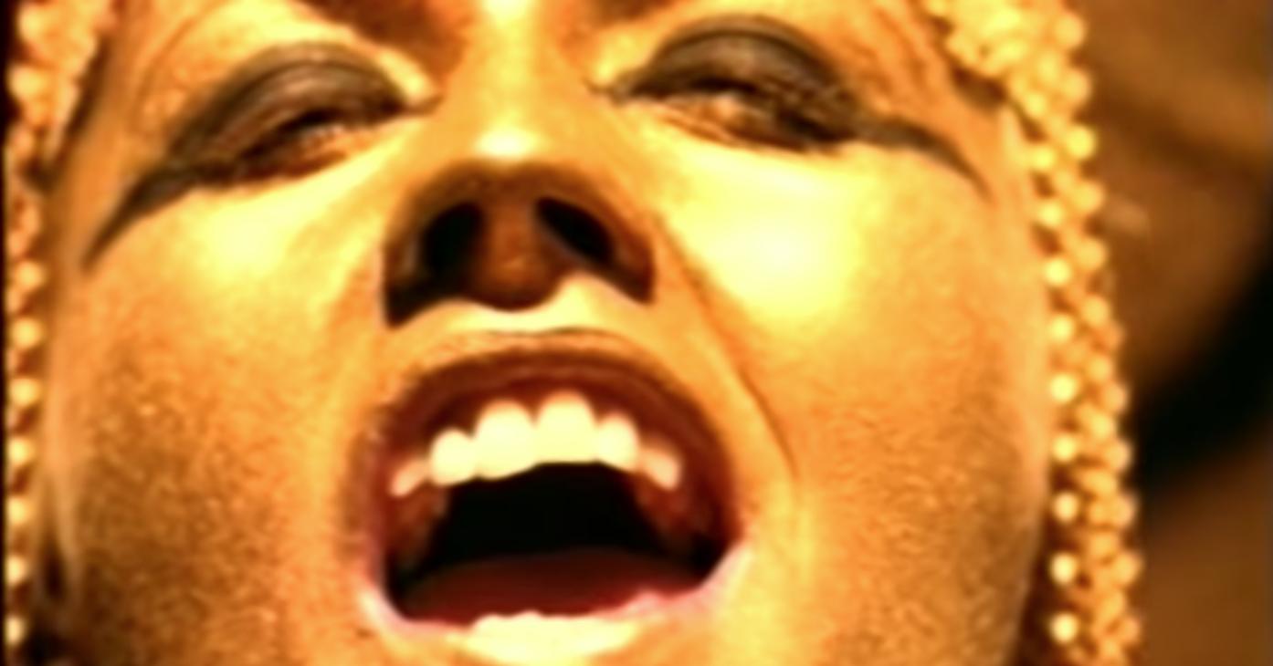 Dolores O'Riordan en el video de Zombie de The Cranberries