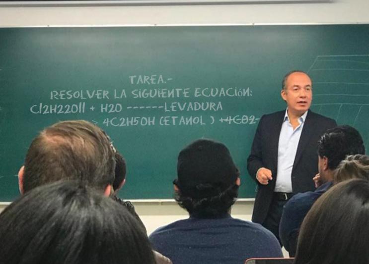 Meme de Felipe Calderón dando clase