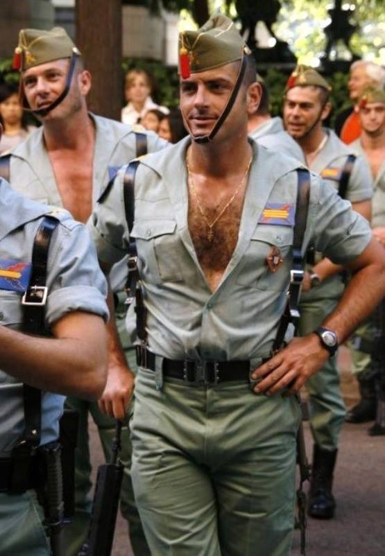 Chico guapo guardia civil española