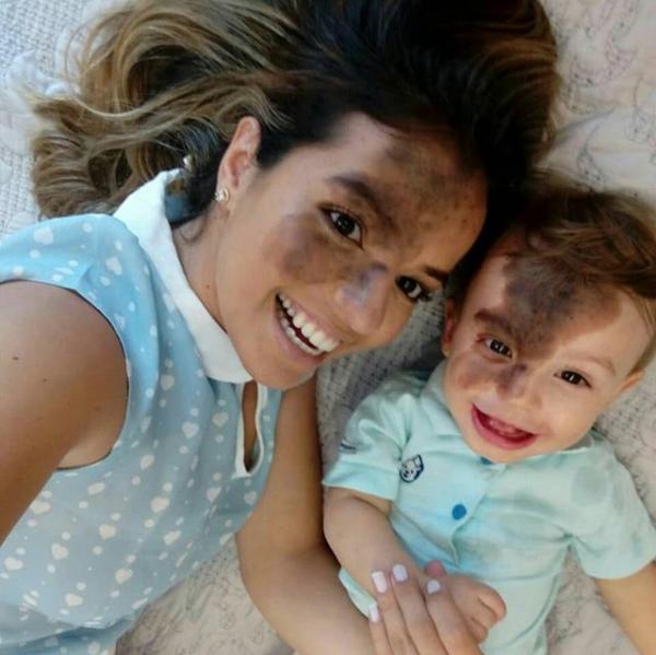 Mujer se maquilla como su hijo