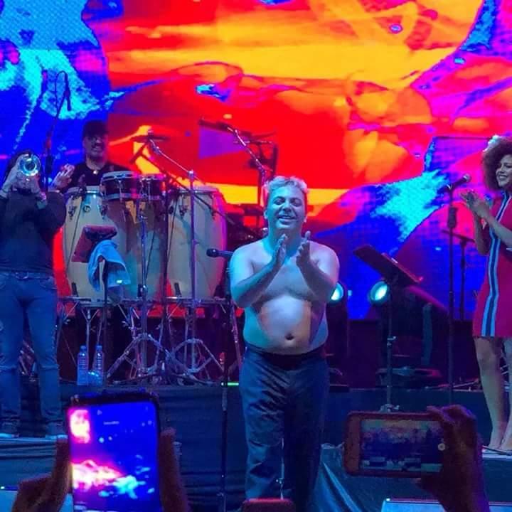 Cristian Castro se desnuda y presume panzonta