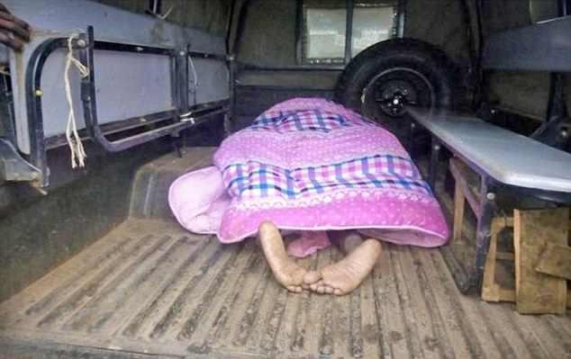 foto-pareja-pegada-parte-trasera-camioneta-donde-la-llevaron-hospital-kenia