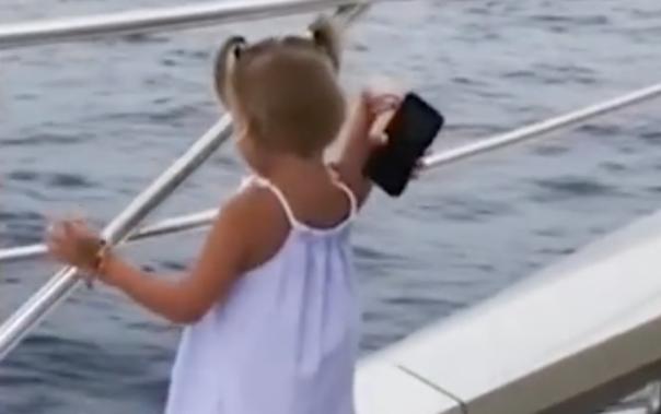 Niña tiró el celular de su papá al mar para que le haga caso