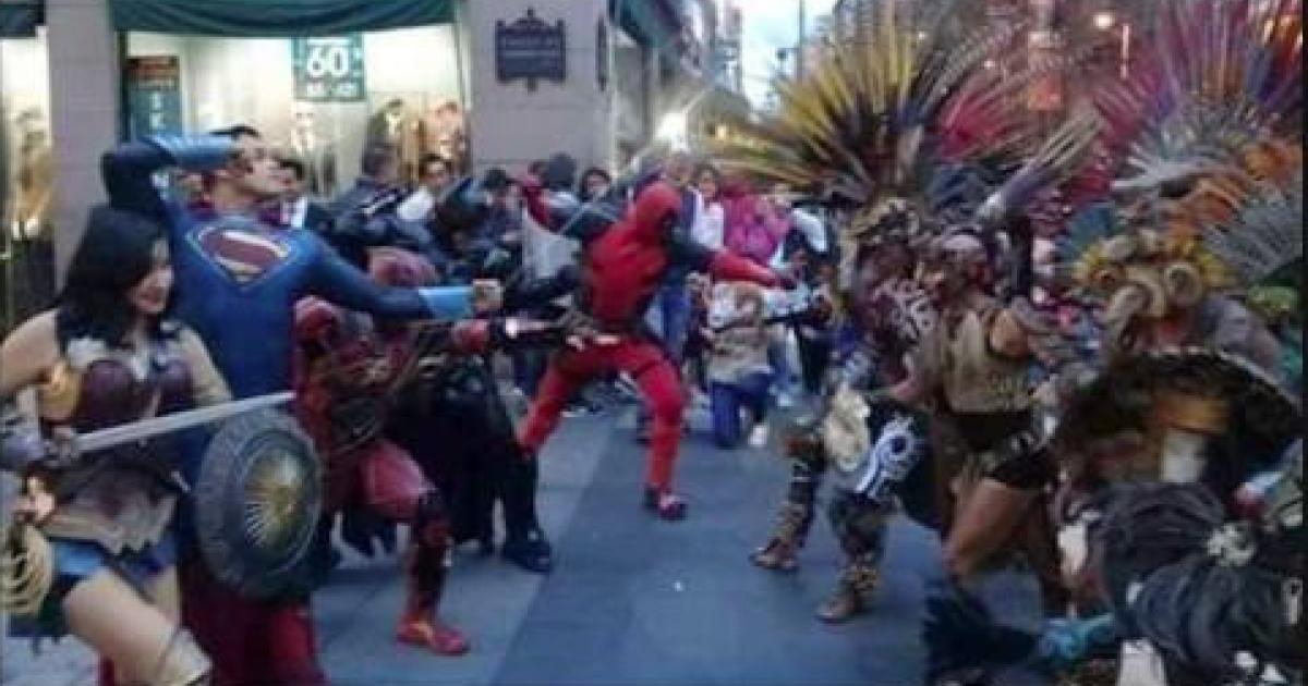 Guerreros prehispánicos lucharon con superhéroes en Centro