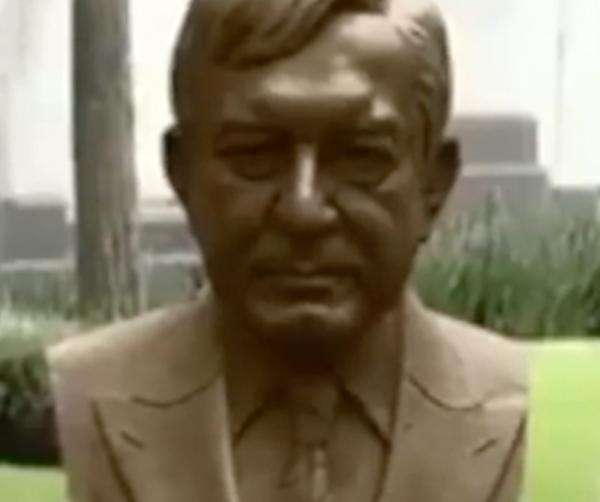 Peña Nieto devela busto de AMLO