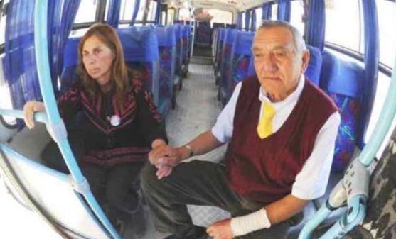 Este chofer se lleva a su esposa con Alzheimer al trabajo