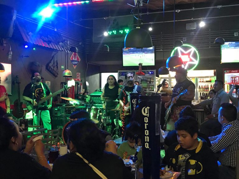 Carlos Trejo se dedica a tocar en un bar