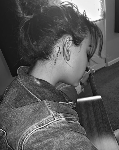 Danna Paola se hizo un tatuaje en la cabeza