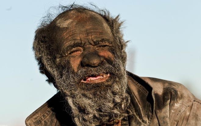Amou Haji: el hombre que lleva 60 años sin bañarse