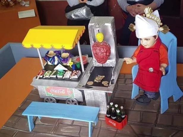 Gente reza al Niño Taquero para que no falten nunca tacos