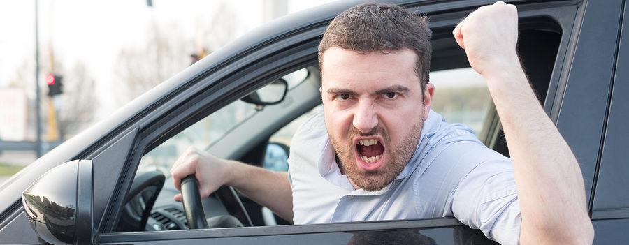 Personas que dicen groserías al manejar son más inteligentes