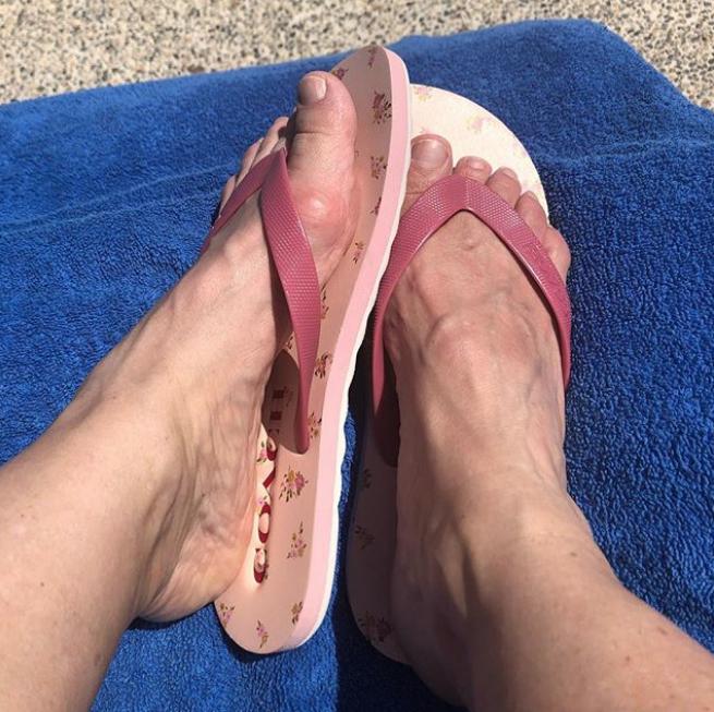 Critican los pies Erika Buenfil por tener juanetes