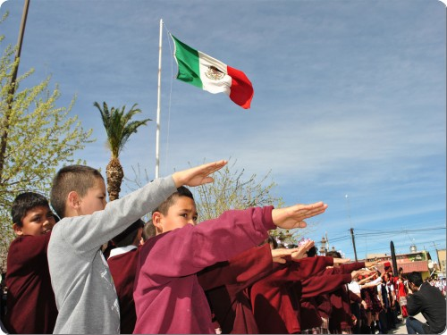 Niño se confunde padre nuestro con juramento a la bandera