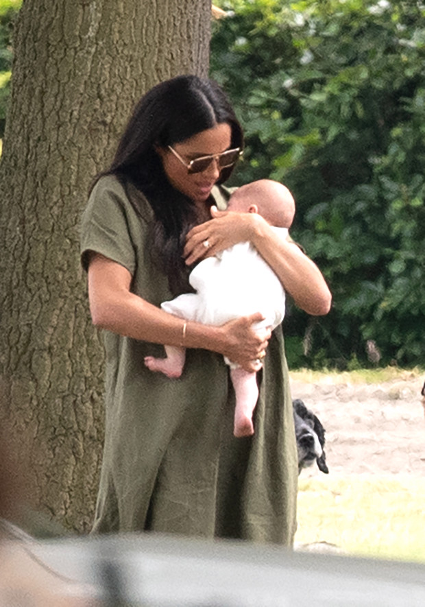 Critican a Meghan Markle por forma de cargar a su bebé