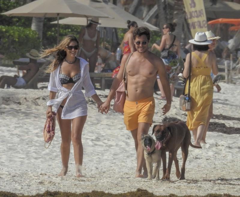 Captan a Diego Boneta y a su novia juntos en Tulum