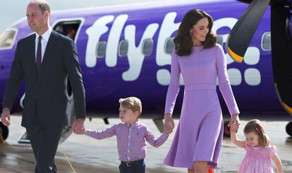Kate Middleton da lección de humildad a Meghan viajando en avión comercial