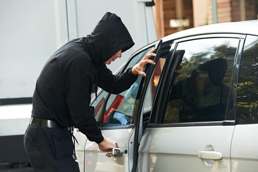 Ladron de autos acude a juicio abordo de auto robado