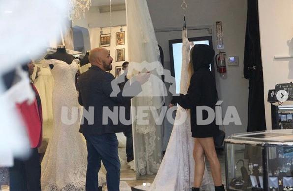 Captan a Lupillo Rivera en tienda de vestidos de novia... ¿con Belinda?