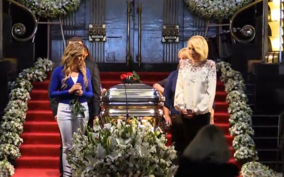 Famosos custodian féretro de José José en homenaje en Bellas Artes